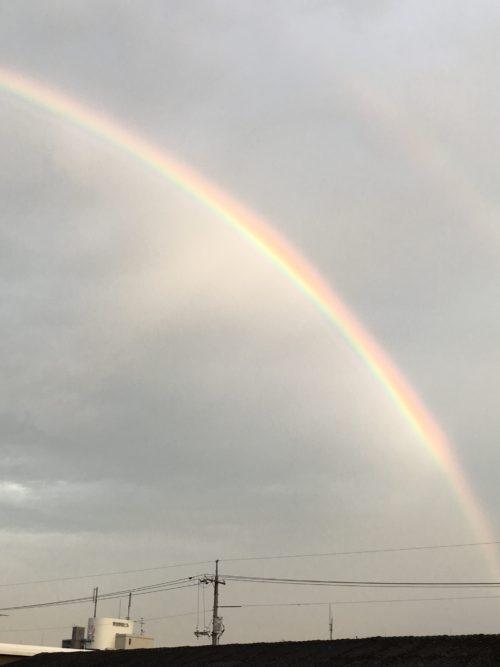 雨が降って、雷がなっているのに、虹が見えた!