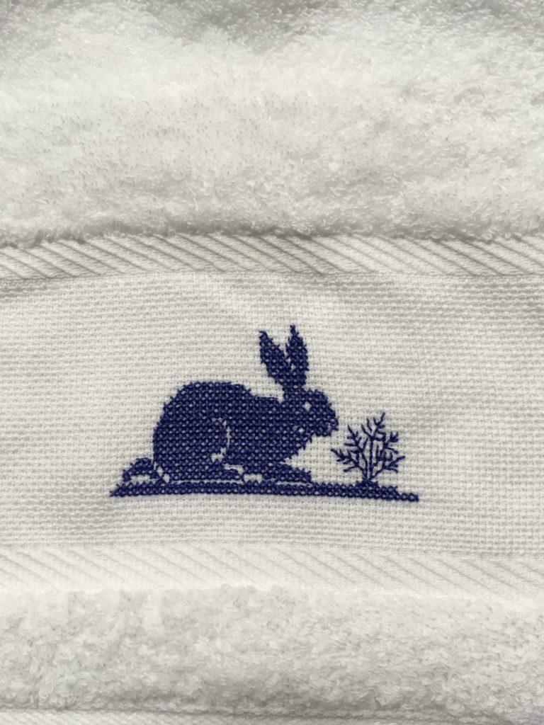 タオルにうさぎの刺繍完成(クロスステッチ課題)