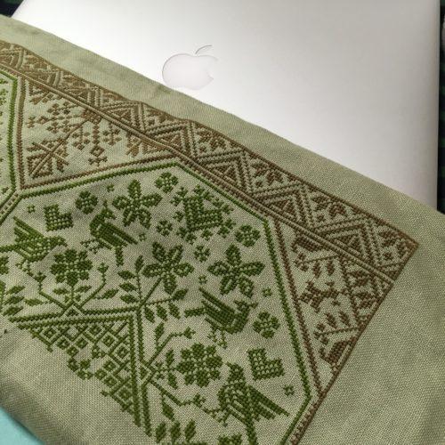 やっぱり花糸で刺繍すると気分が落ち着きます。