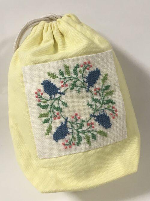 小さな袋に刺繍した生地を縫い付けました。