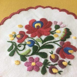完成!ハンガリー刺繍のドイリー