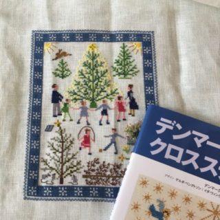 デンマークのクロスステッチより「クリスマスツリーを囲む人々」完成しました。