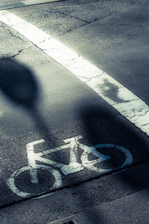 必死に自転車移動するおばさん